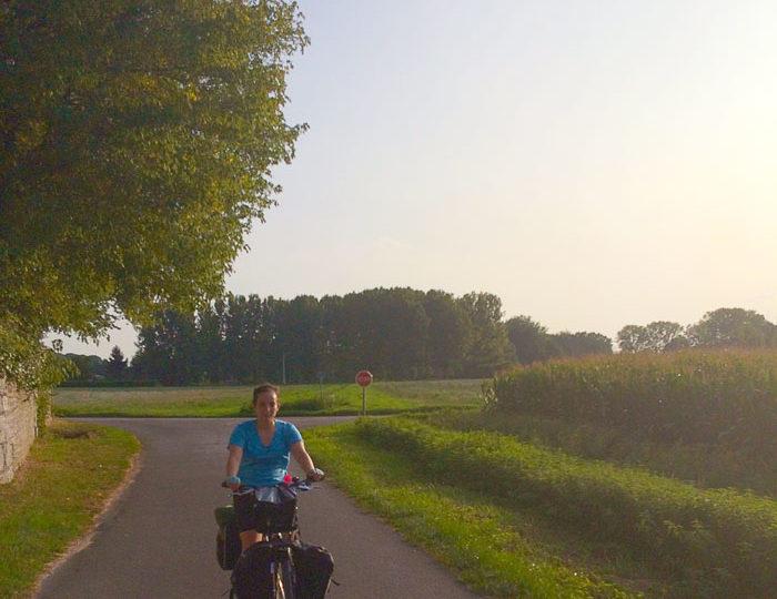 YasYasmina voyage à vélo en pleine campagnemina voyage à vélo en pleine campagneYasmina voyage à vélo en pleine campagne