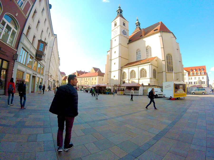 Arthur face à l'église de Regensburg