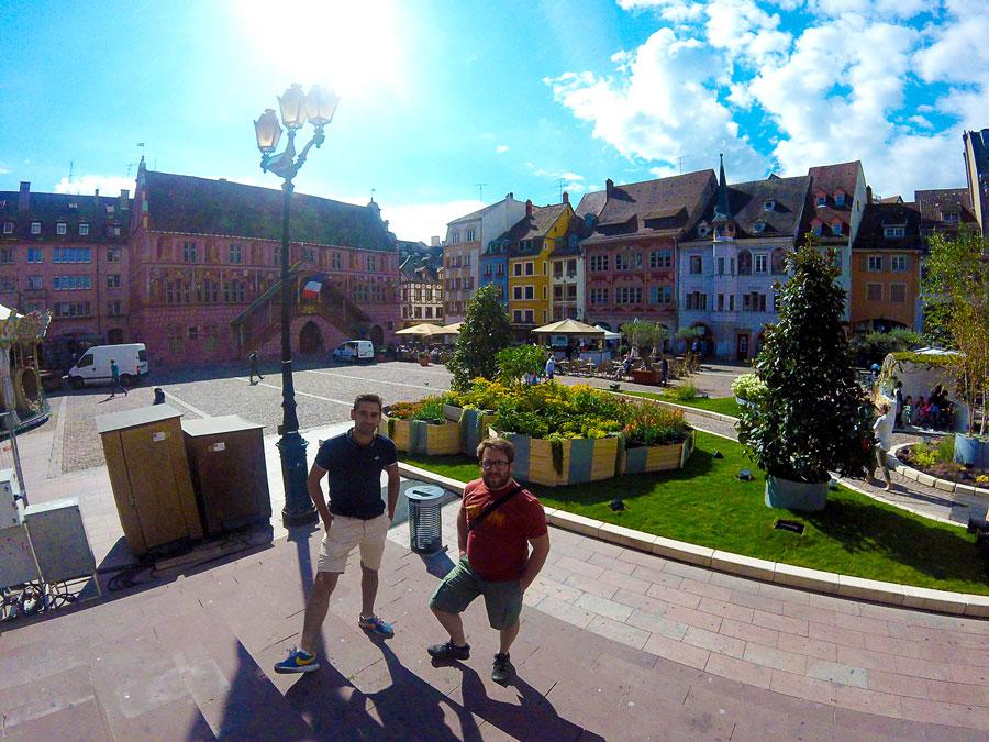 Arthur et Kevin sur la place à Mulhouse