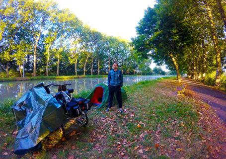 Arthur le matin devant la tente à Nevers