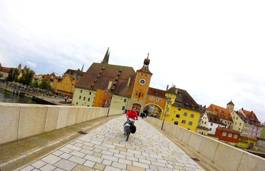 Yas à vélo sur le pont de Regensburg