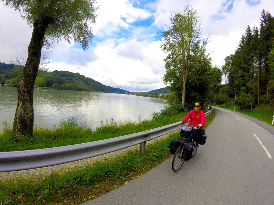 Yasmina à vélo sur la route le long du Danube