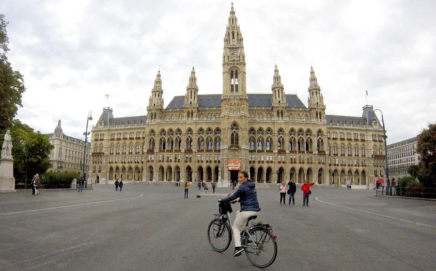 Yas à vélo devant l'hotel de ville de Vienne