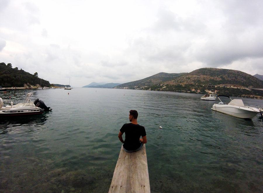 Arthur assis sur un ponton à Dubrovnik