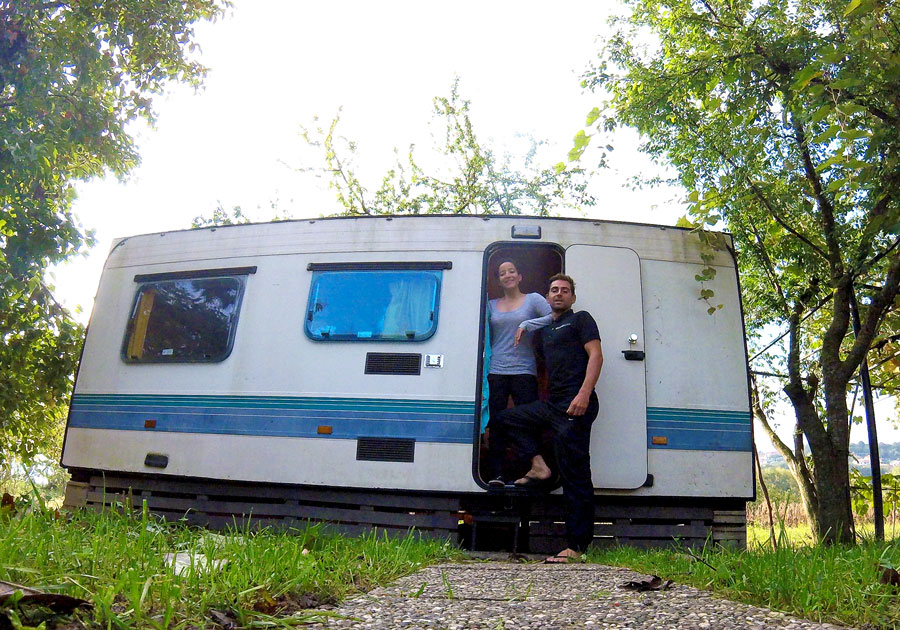 Devant la caravane couchsurfing à Koper