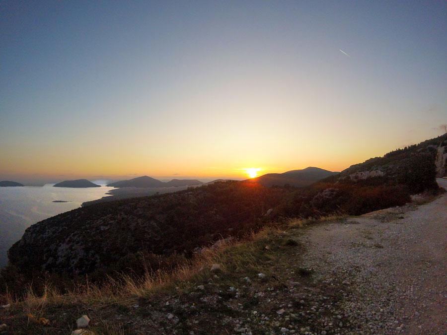 Couché de soleil le long de la route en croatie