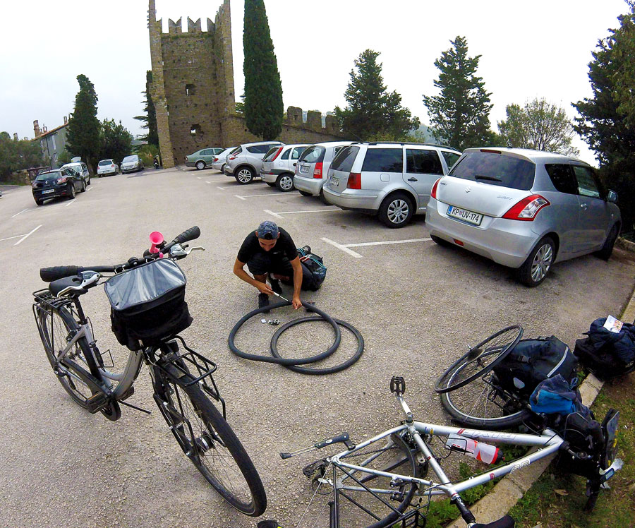 Arthur répare un pneu crevé à Piran