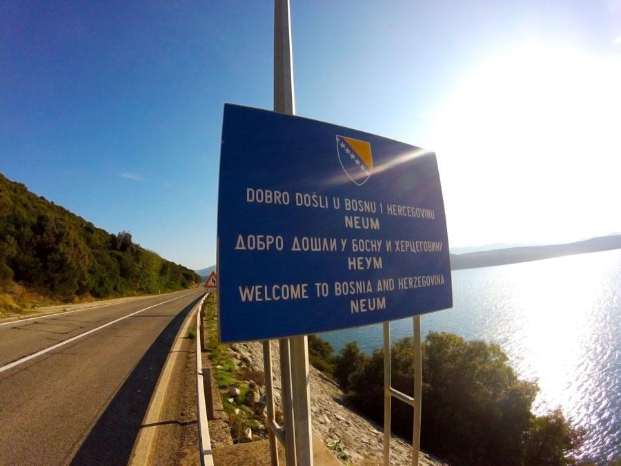 Panneau routier de bienvenue en Bosnie à Neum