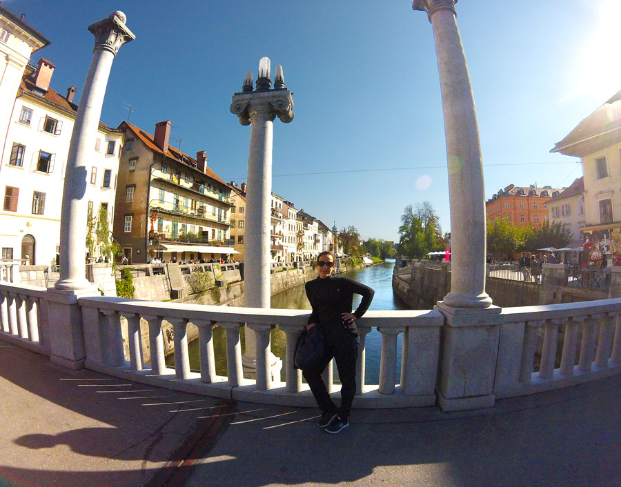 Yasmina sur le pont à Ljubljana