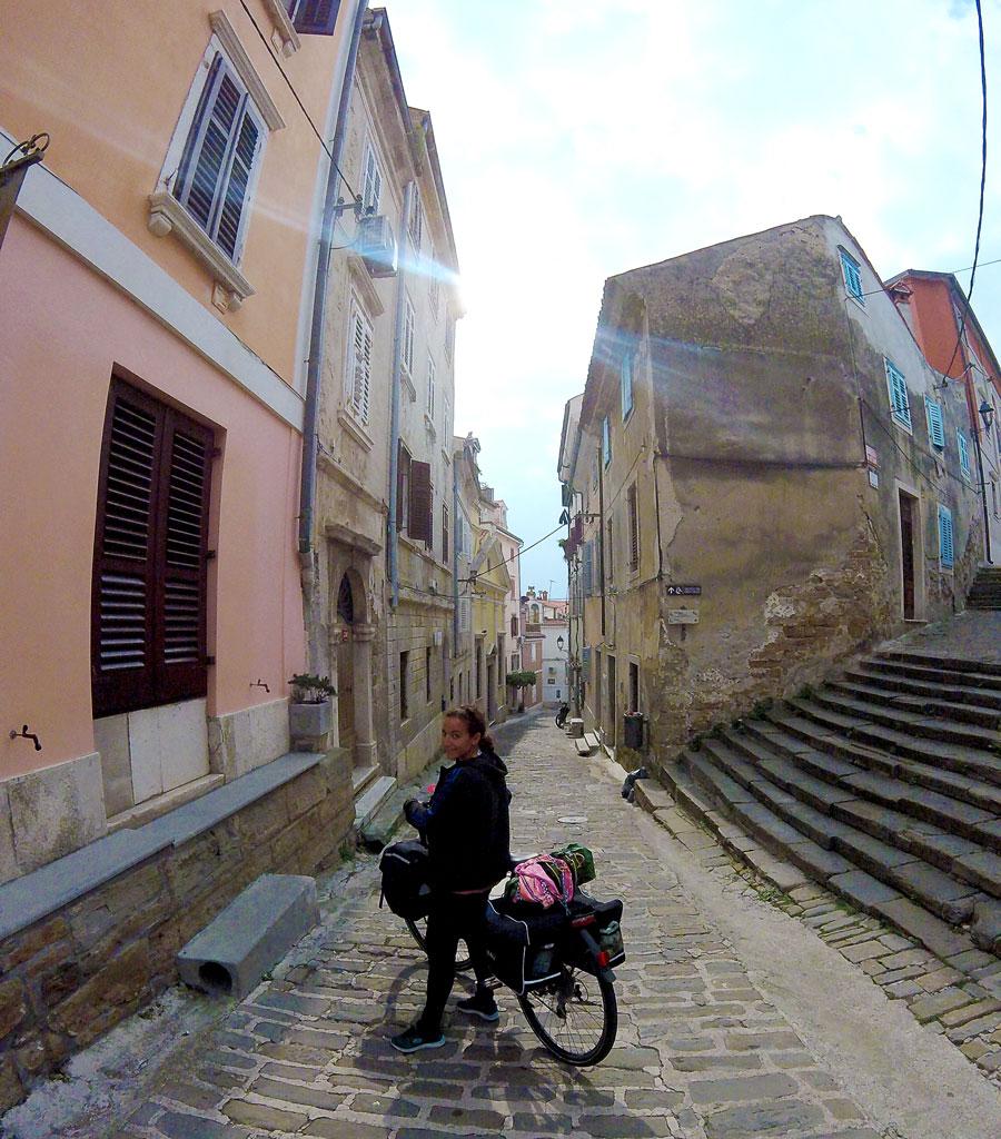 Yasmina dans les rues de Piran