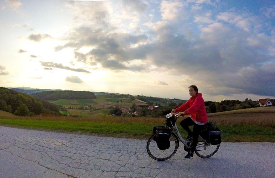 Yasmina à vélo en montagne en Autriche