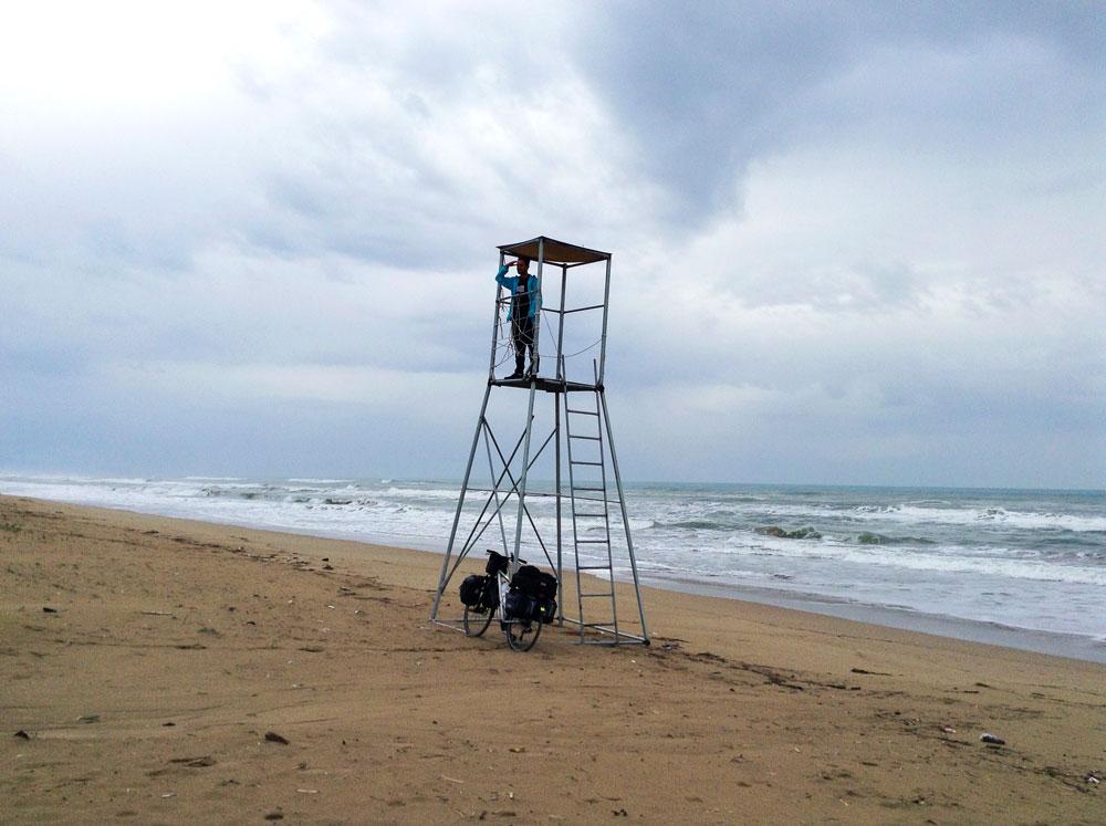 En haut du mirador sur la plage de Letrina en Grèce