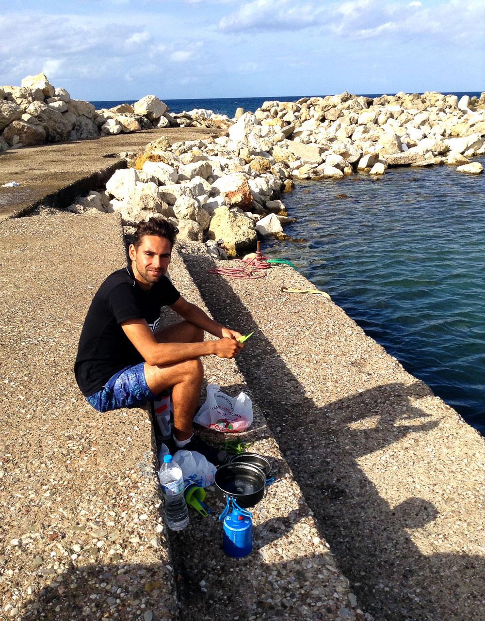 Déjeuné sur le port de Maratopolis en Grèce