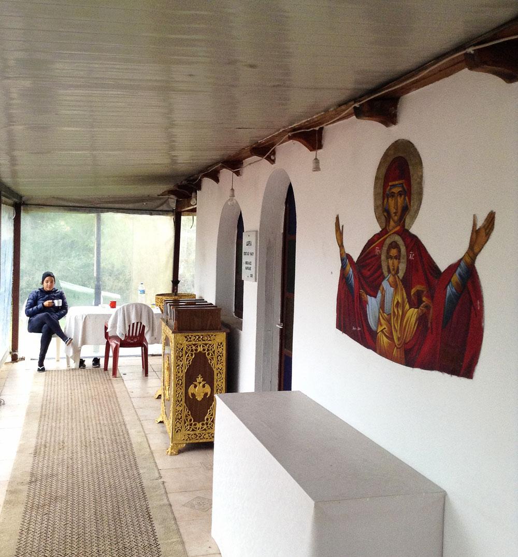 Sous le porche de l'église à Letrina en Grèce
