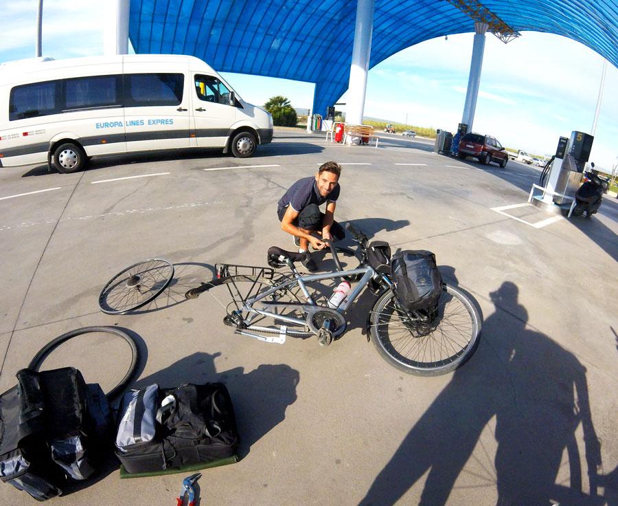 Albanie à vélo pneu crevé