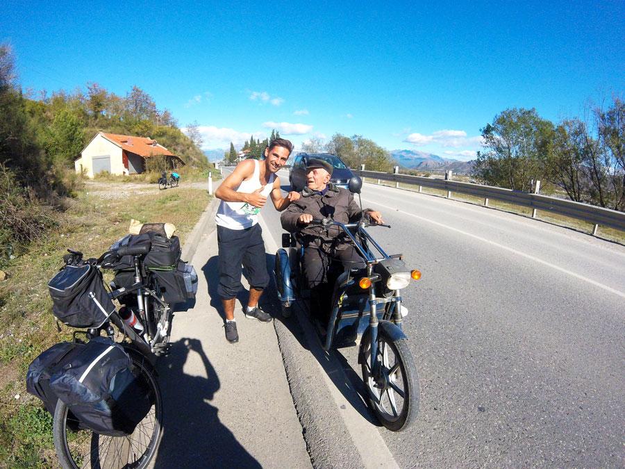 Rencontre sur la route de l'Albanie à vélo