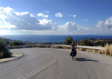Ascension à vélo sur la route en Grèce