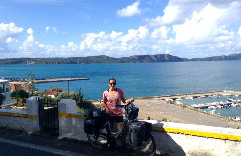 A vélo en haut de la route avec la vue sur Pyrgos en Grèce