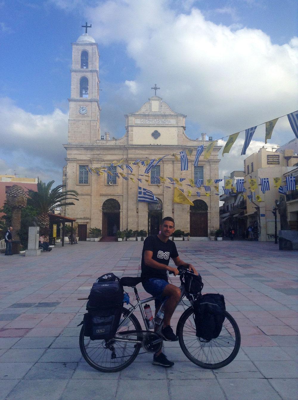 Arthur devant l'église du centre-ville de Chania, Crète