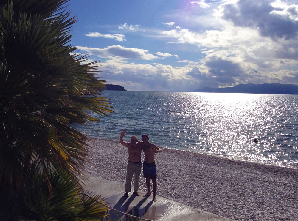 Arthur à la plage de Arvanitia à Nafplio, Grèce