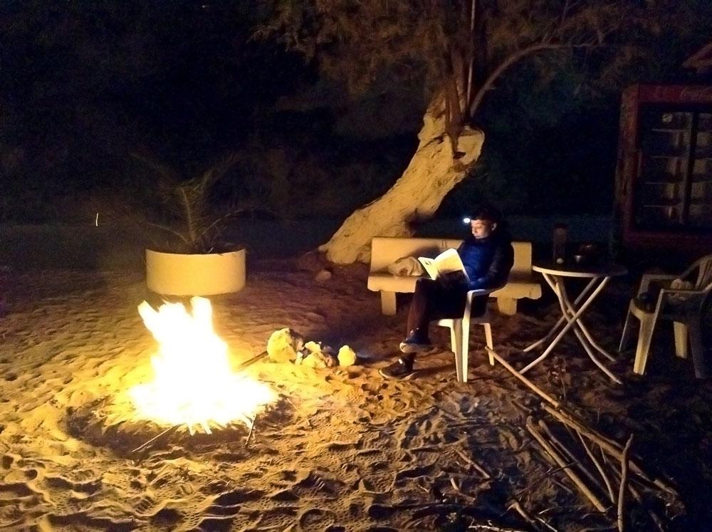 Feu le soir sur la plage de Kalyves en décembre, Crète
