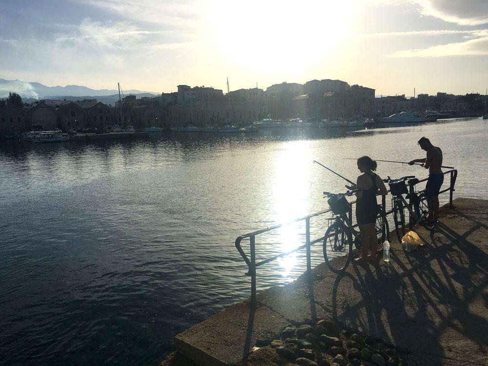 Yasmina et Arthur en train de pêcher sur le port de Chania (La Canée), Crète