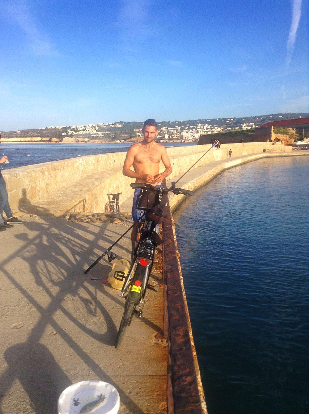 Arthur qui pêche sur le port de Chania (La Canée), Crète
