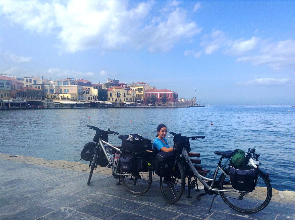 Yasmina assise avec les vélos au port de Chania (La Canée), Crète