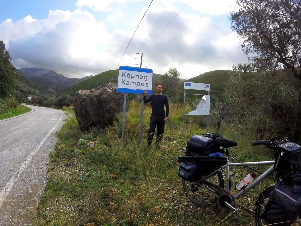Arthur à l'entrée du village de Kampos, Crète