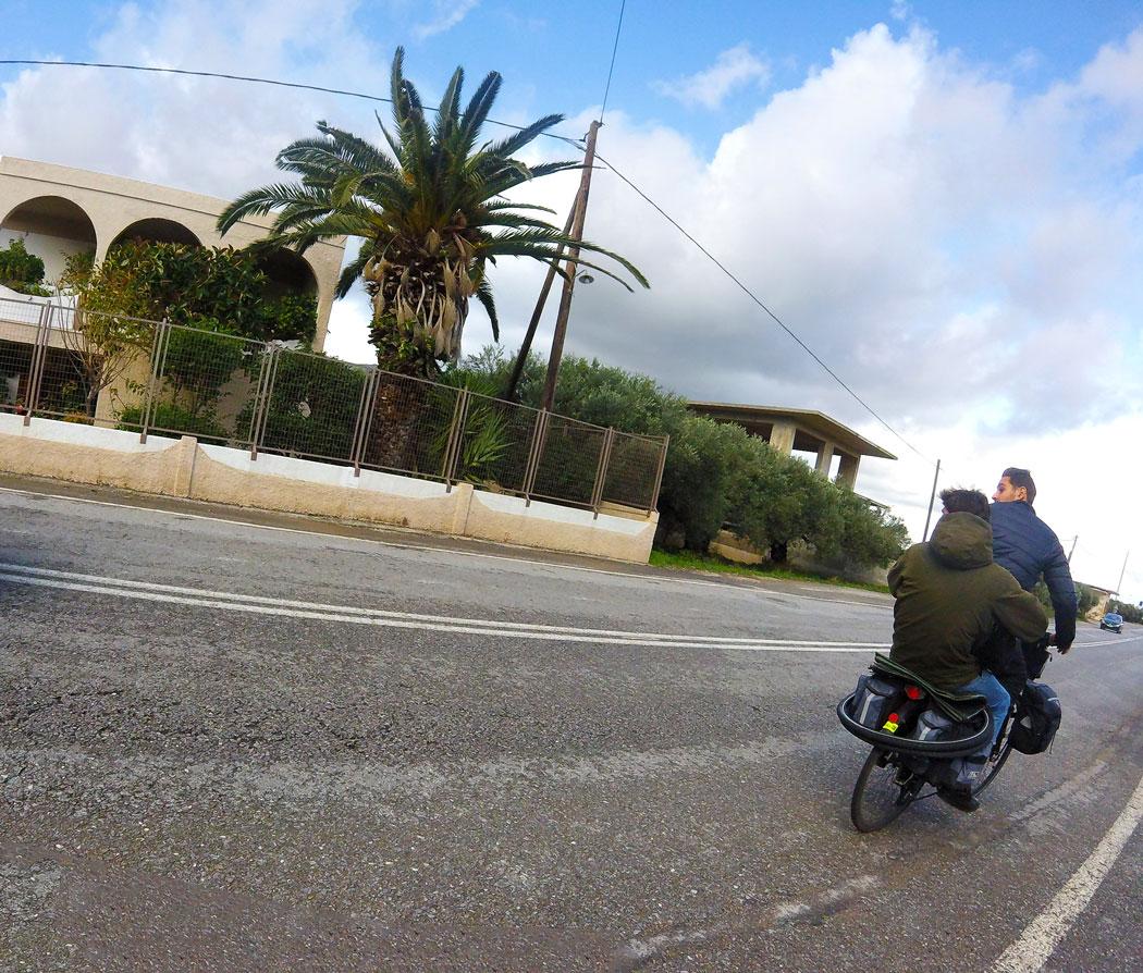 Arthur à vélo qui a pris en stop un jeune albanais sur son porte bagage arrière