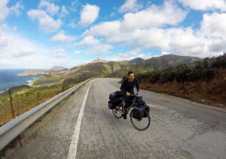 Arthur à vélo sur la route de Platanos, Crète