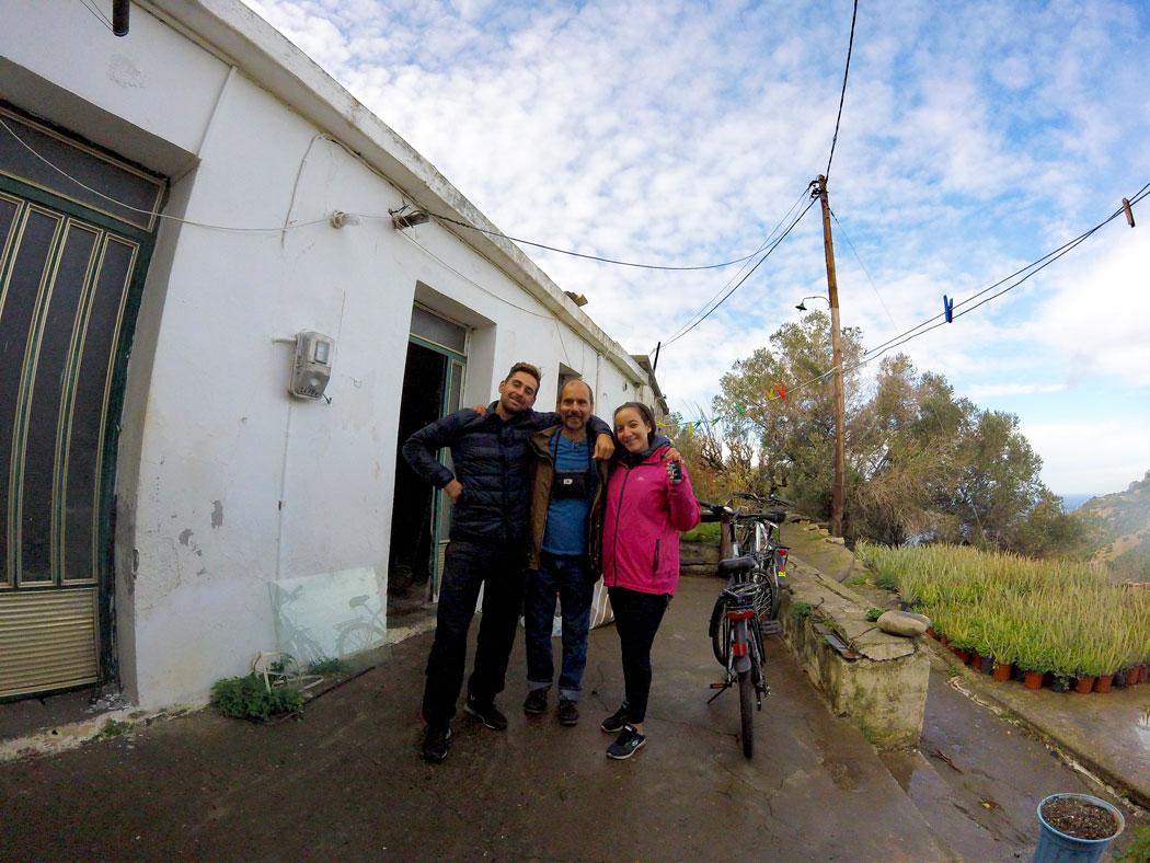 Arthur, Yasmina et Apollo devant la maison à Kampos, Crète
