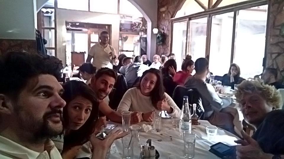 Déjeuner à la taverne à Armenoi, en Crète, avec l'équipe de Eco-Retreat, janvier 2018. Lunch at the taverna in Armenoi, Crete, with Eco-Retreat team, january 2018.