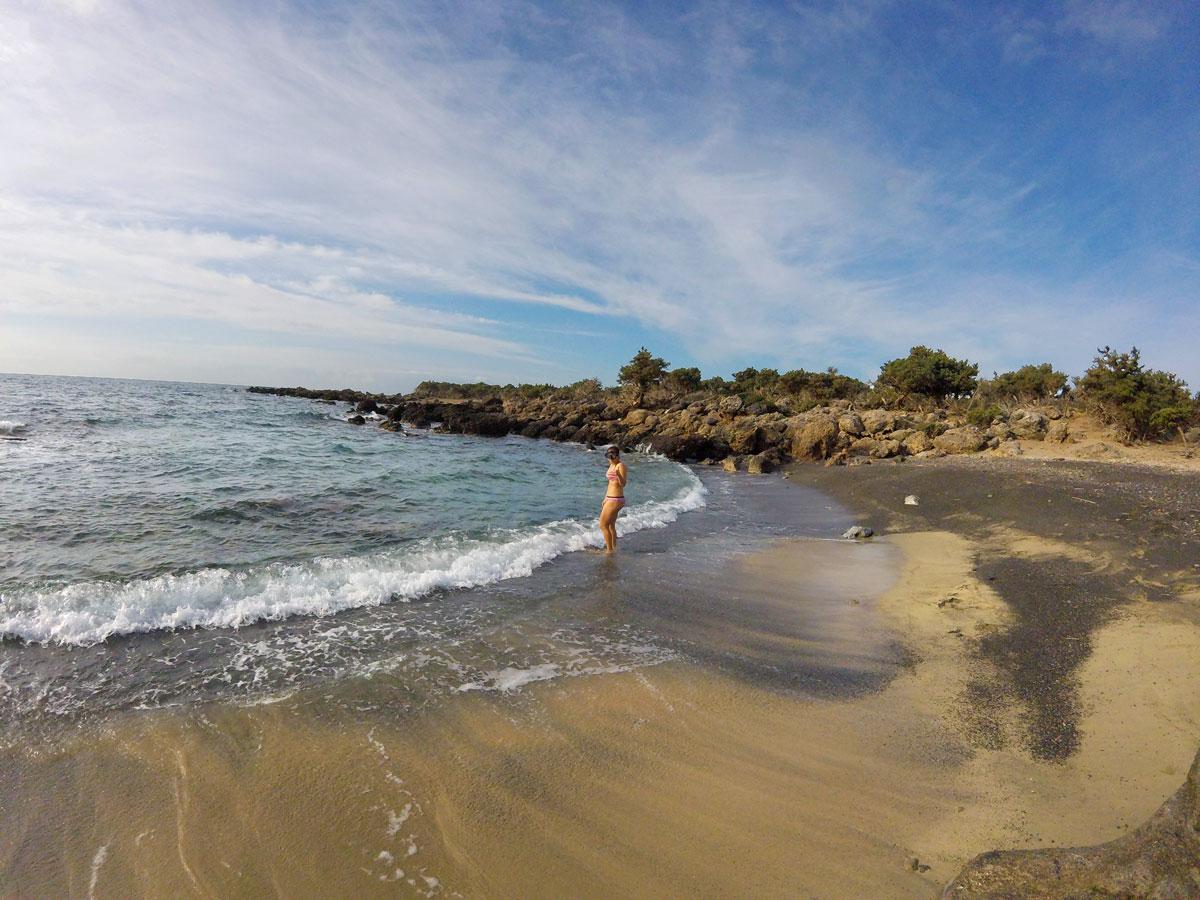 Baignade matinale dans la mer près d'Elafonisi, Crète