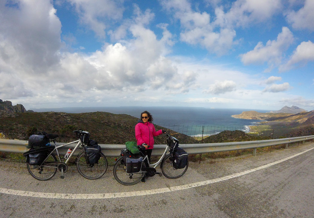 Yasmina à vélo sur la route de Platanos en Crète