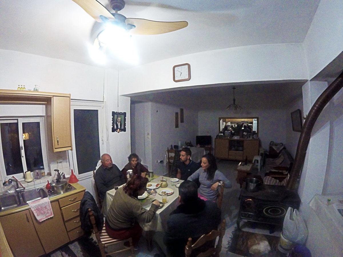 Voyage à vélo, Yasmina et Arthur autour de la table pour l'apéro chez les parents d'Irini à Kritsa près de Agios Nikolaos en Crète. Cycling travel, Yasmina and Arthur at Irini's parents house eating cretan food made by her mom, in Kritsa near Agios Nikolaos in Crete.
