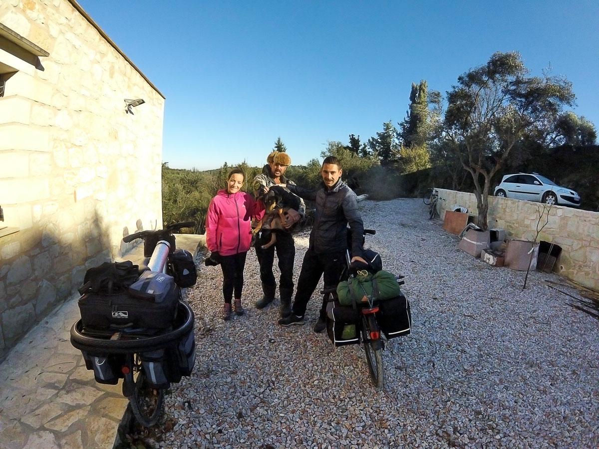 """Voyage à vélo, départ de notre workaway chez Paul """"Eco-Retreat"""" à Agii Pantes, Crète. Cycling travel, leaving from our workaway at Paul's """"eco-retreat"""" in Agii Pantes, Crete."""