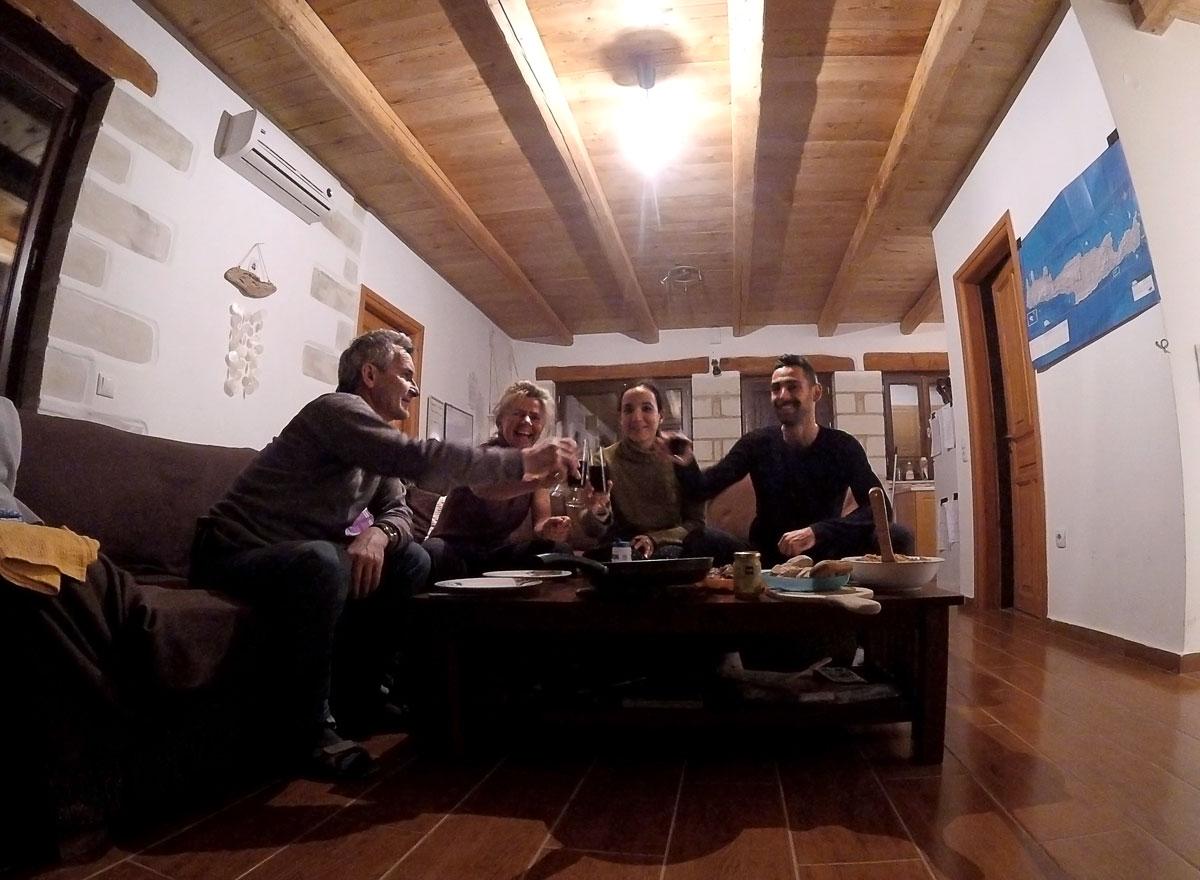Voyage à vélo, woofers ou workawayers français autour d'un bon repas chez Paul à Eco-Reterat, village de Agii Pantes en Crète. Cycling travel, french woofers or workawayers having a good diner at eco-retreat at Paul's house in Agii Pantes village, in Crete.