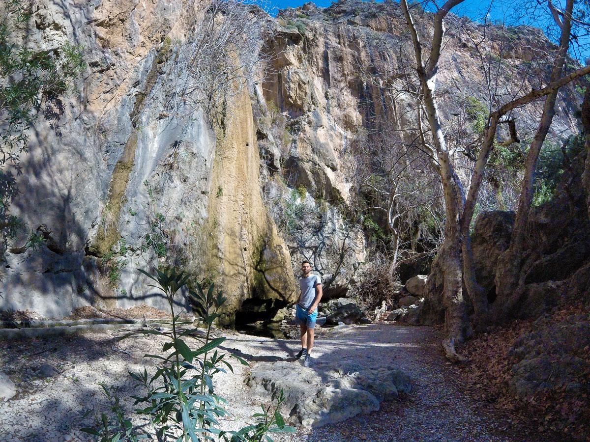 Arthur à la cascade de Milonas, Crète. Arthur at Milonas Gorges, Crete.