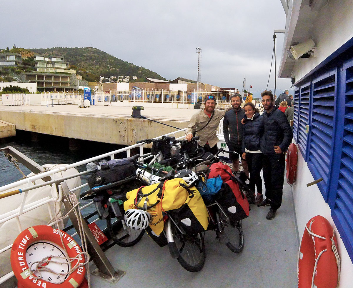 Cyclo-voyageurs, avec les vélos dans le bateau ferry de l'île de Kos à Bodrum, Turquie. With other travelers and the bycicles on the ferry boat from Kos island to Bodrum, Turquey.