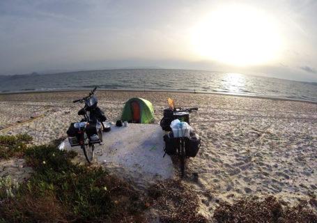 Bivouac île de Kos, voyage à vélo, Grèce. Bivouac Kos island, cycling trip, Greece.