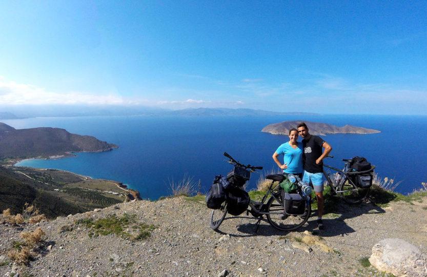 Voyage à vélo, sur la route vers Sitia, vue sur Tholos et l'île de Psira, Crète, mars 2018.