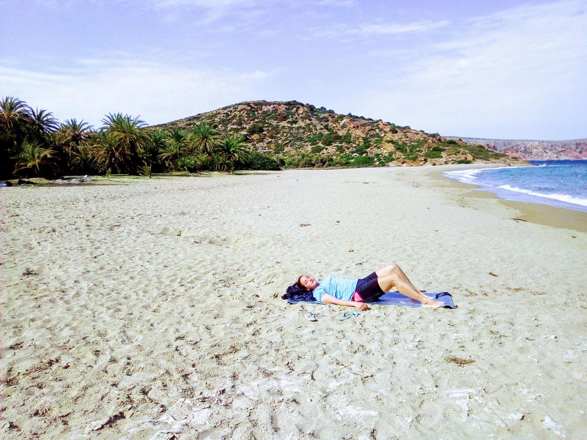 Yasmina allongée sur la plage de Vai, Crète, mars 2018.