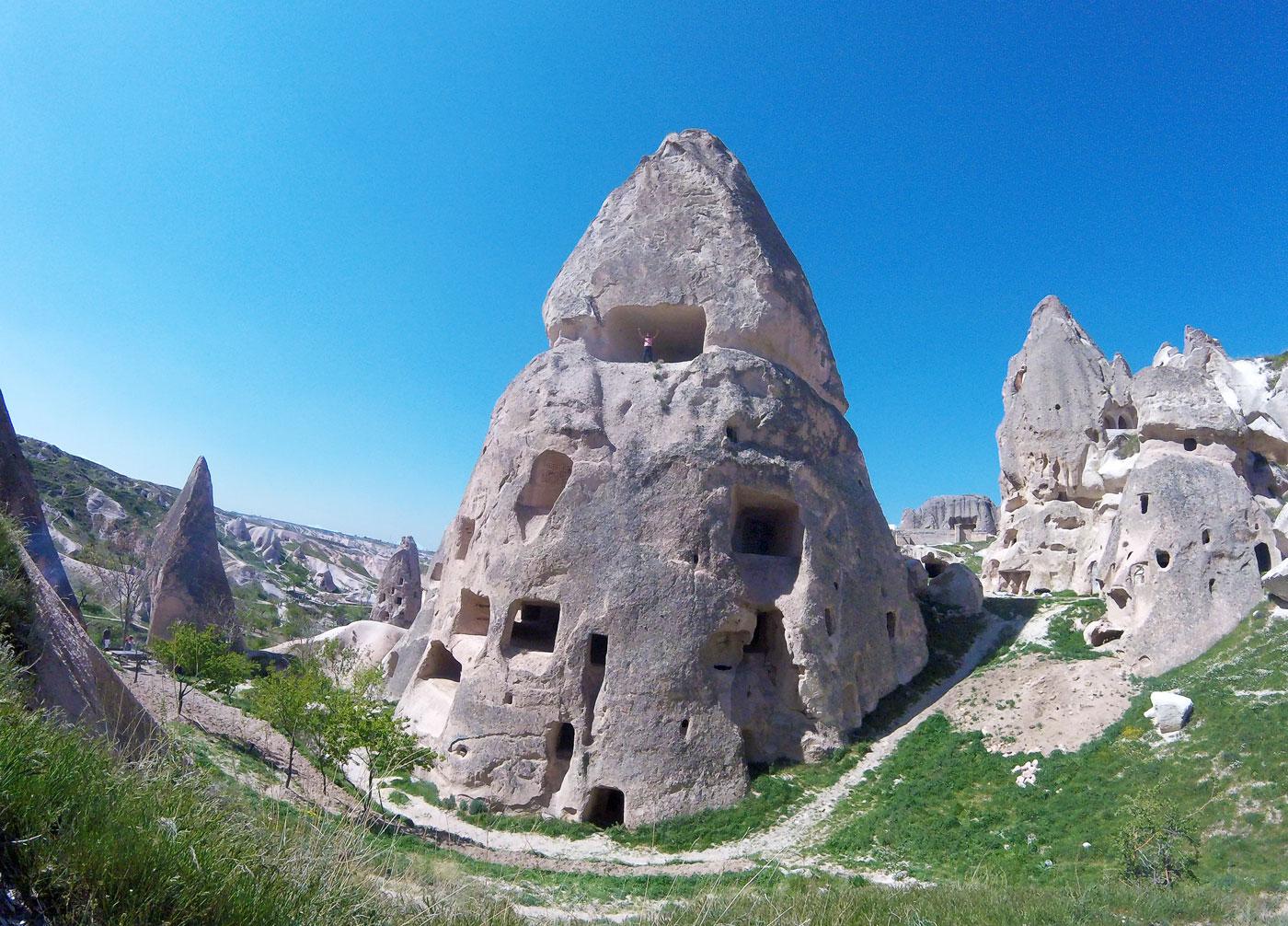 La Turquie à vélo, Arthur dans une cheminée de fée à Uçhisar. Cycling Turquey, Arthur in a fairy chimney at Uçhisar.
