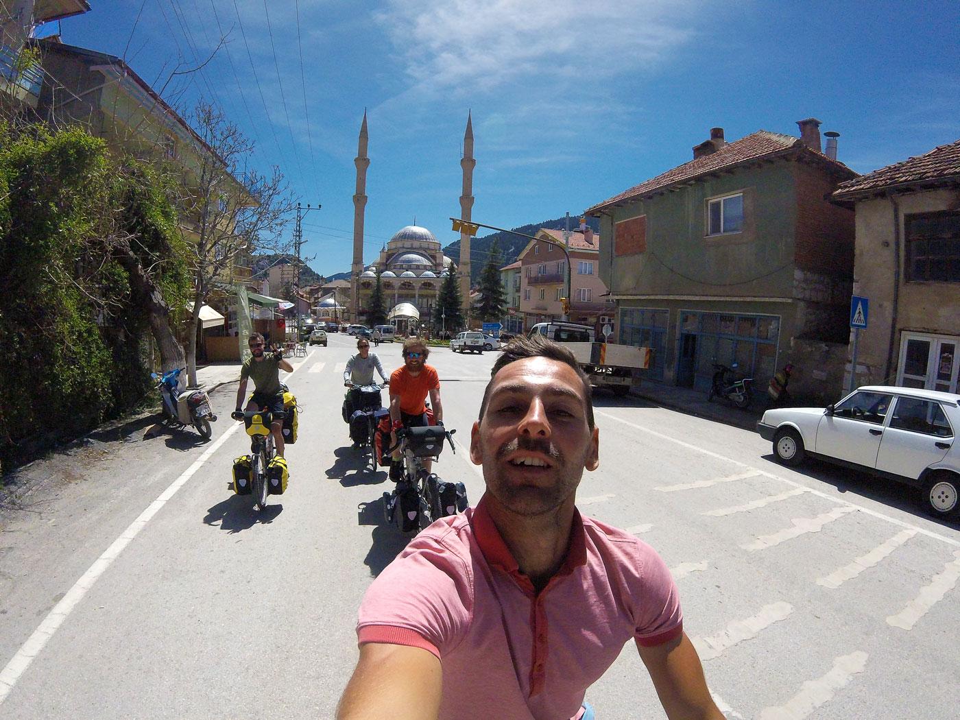 La Turquie à vélo, sur la route à Derebuçak. Cycling Turquey, on the road in Derebuçak.