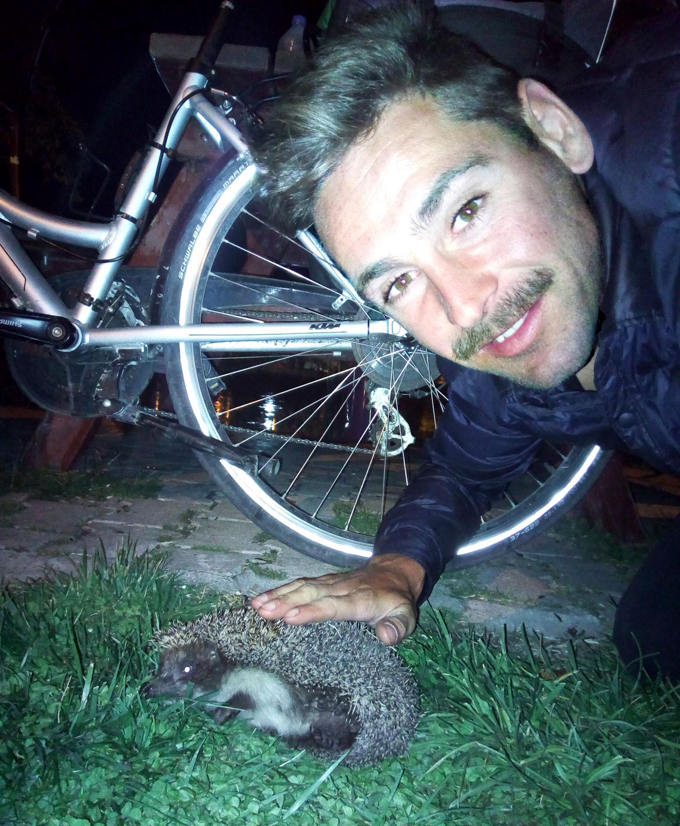 La Turquie à vélo, Arthur a trouvé un hérisson à Avanos. Cycling Turquey, Arthur found a hedgehog in Avanos.