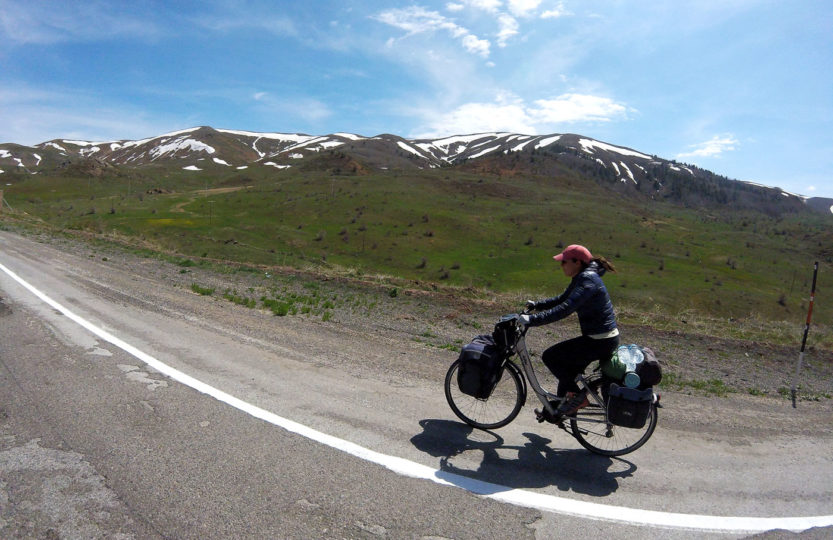 La Turquie à vélo, Yas sur la route vers Erzincan. Cycling Turquey, Yas on the road to Erzinczan.