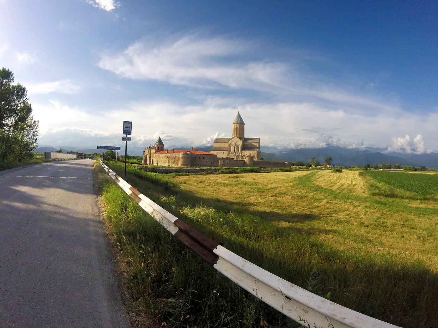 Voyage à vélo, la Géorgie à vélo, monastère d'Alaverdi. Travel by bike, cycling Georgia, Alaverdi monastery.