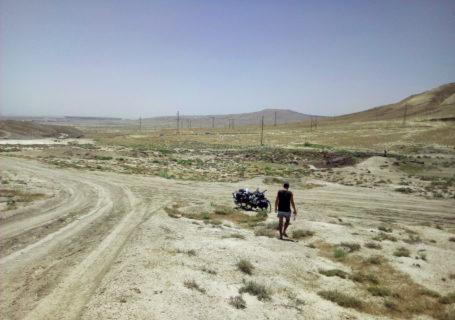 Voyage à vélo, l'Azerbaïdjan à vélo, traversée de la région du Caucase à vélo, route près du volcan de boue de Gobustan. Cycling travel, biketouring, cycling Caucasus, cycling Azerbaijan, road near Gobustan Mud Volcano.