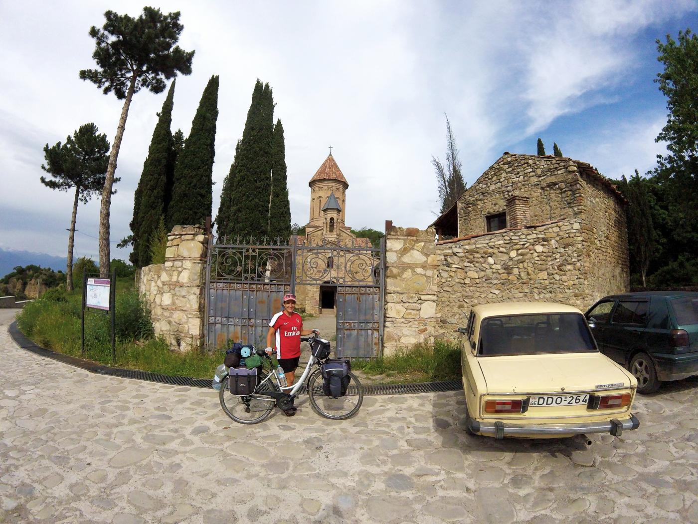 Voyage à vélo, la Géorgie à vélo, monastère d'Ikalto. Travel by bike, cycling Georgia, Ikalto Monastery.